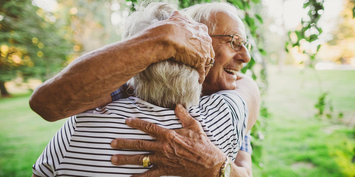 äldre par kramas