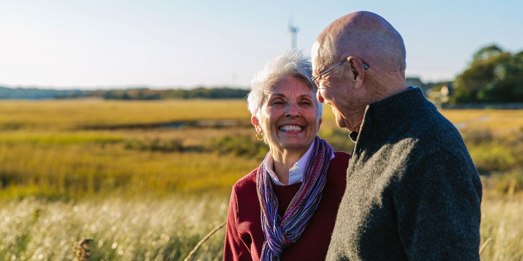 man och hustru leende i fält