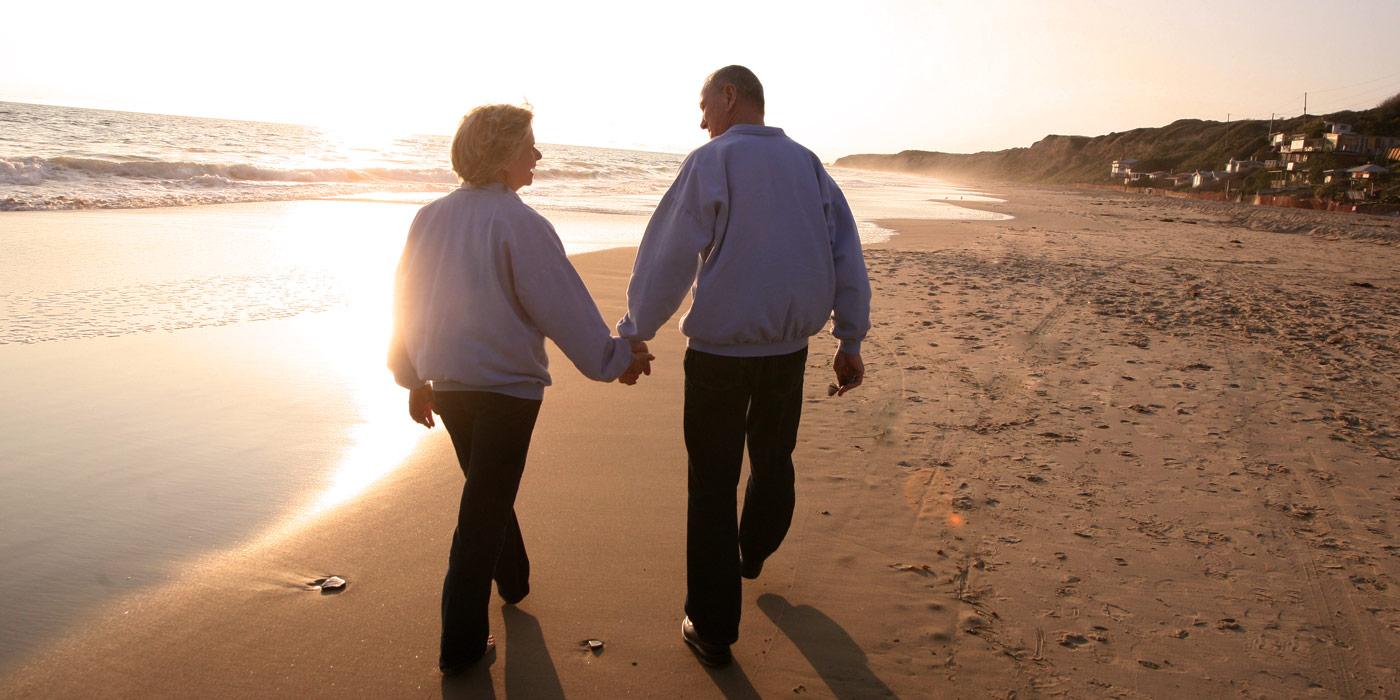 Pareja, tenencia, manos, playa