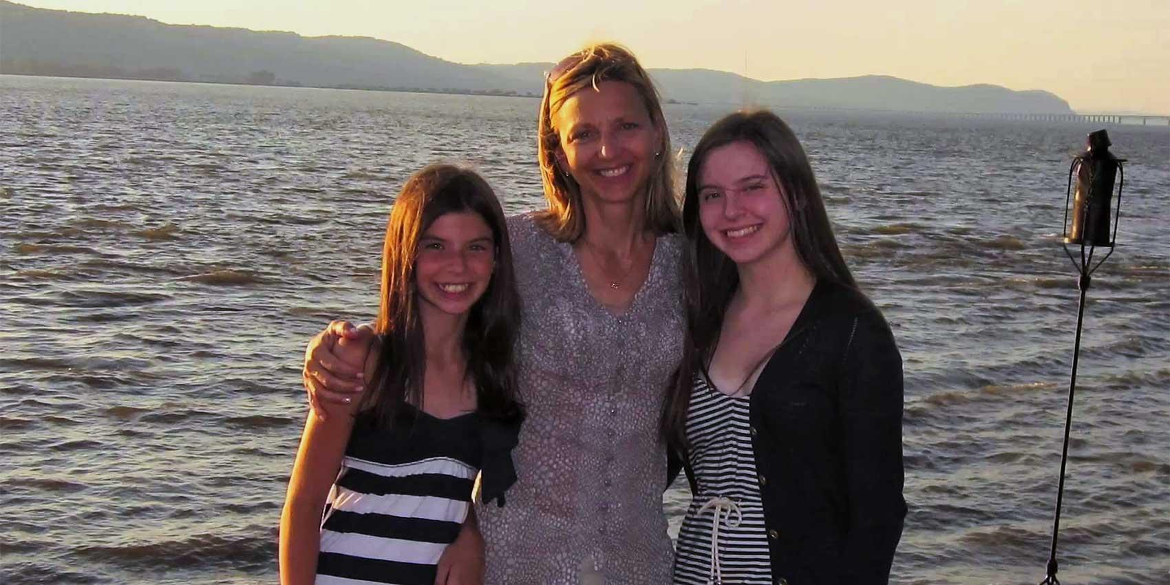 Vonnie Sullivan et ses filles devant l'eau
