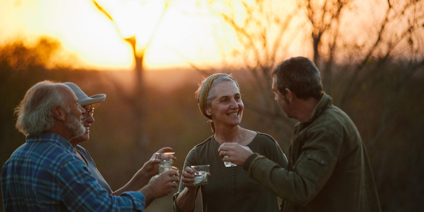 Amis, conversation, dehors, boissons