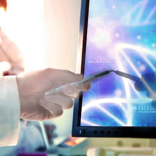 tiedemies suunnattu kynä tietokoneen näytöllä