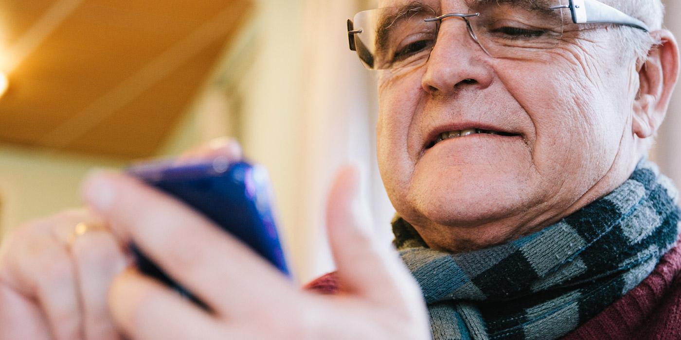 Mannen ved hjelp av mobiltelefon
