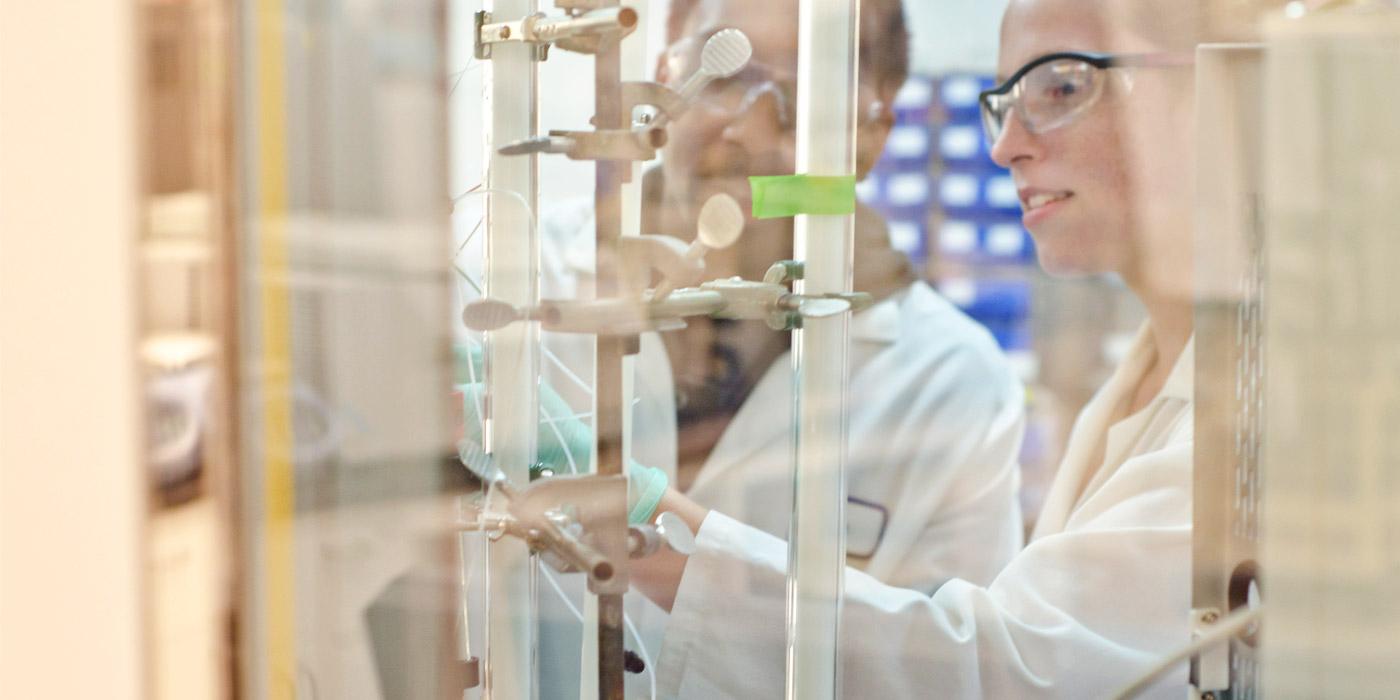 forskere som arbeider i lab