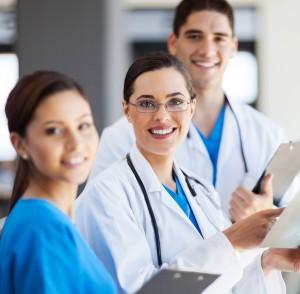 Doctores con portapapeles