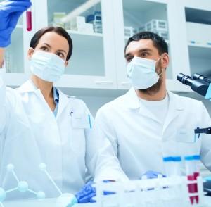 Científicos con máscaras