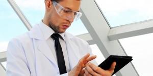 Investigador usando tableta