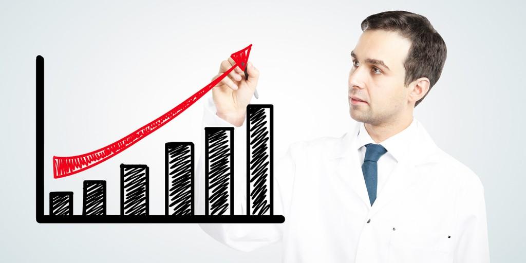 Médico dibujar un gráfico en la pizarra