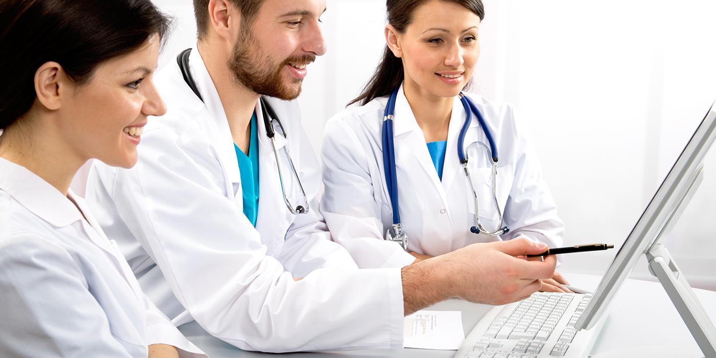 Médicos que usan la computadora
