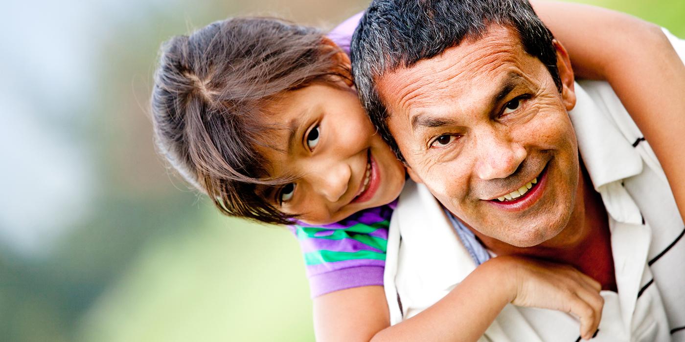Padre e hija sonriendo